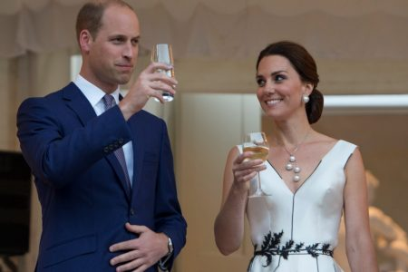 O príncipe William, duque de Cambridge e Kate, duquesa de Cambridge brindam em visita oficial à Polônia