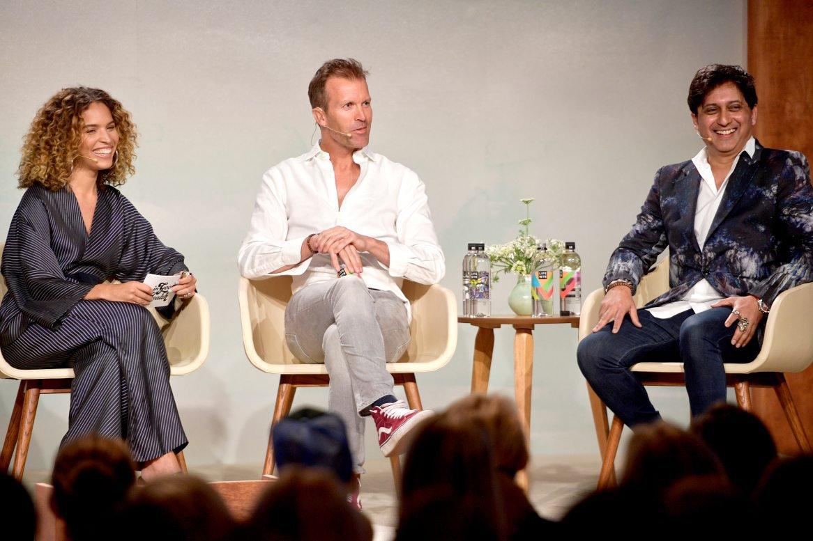 Peter Crone com Cleo Wade e Srini Pillay em conversa no In Goop Health Summit em 2018