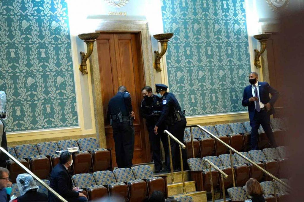 policiais protegem o congresso de eleitores de trump invadem o congresso eleicoes trum e biden