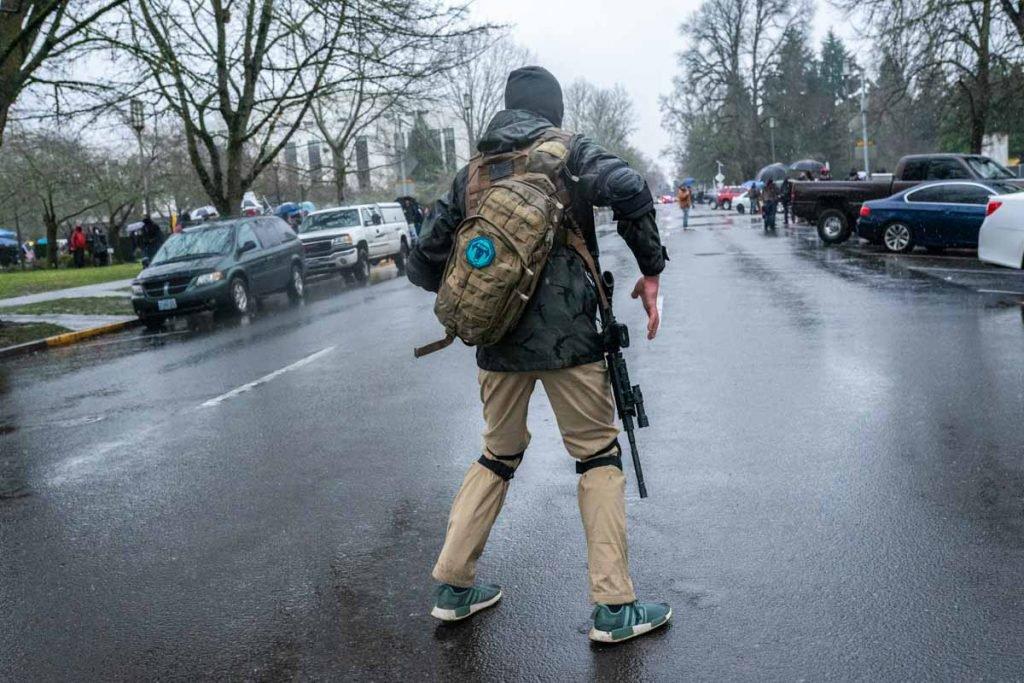 Homem é visto armado em Oregon no dia que eleitores de trump invadem o capitolio eleicoes trum e biden