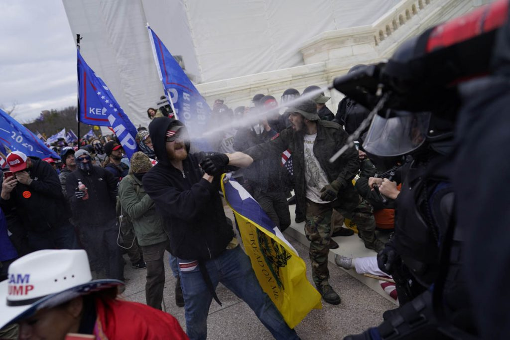 confronto policia e maifestantes durante invasao congresso eleicoes eua trump biden