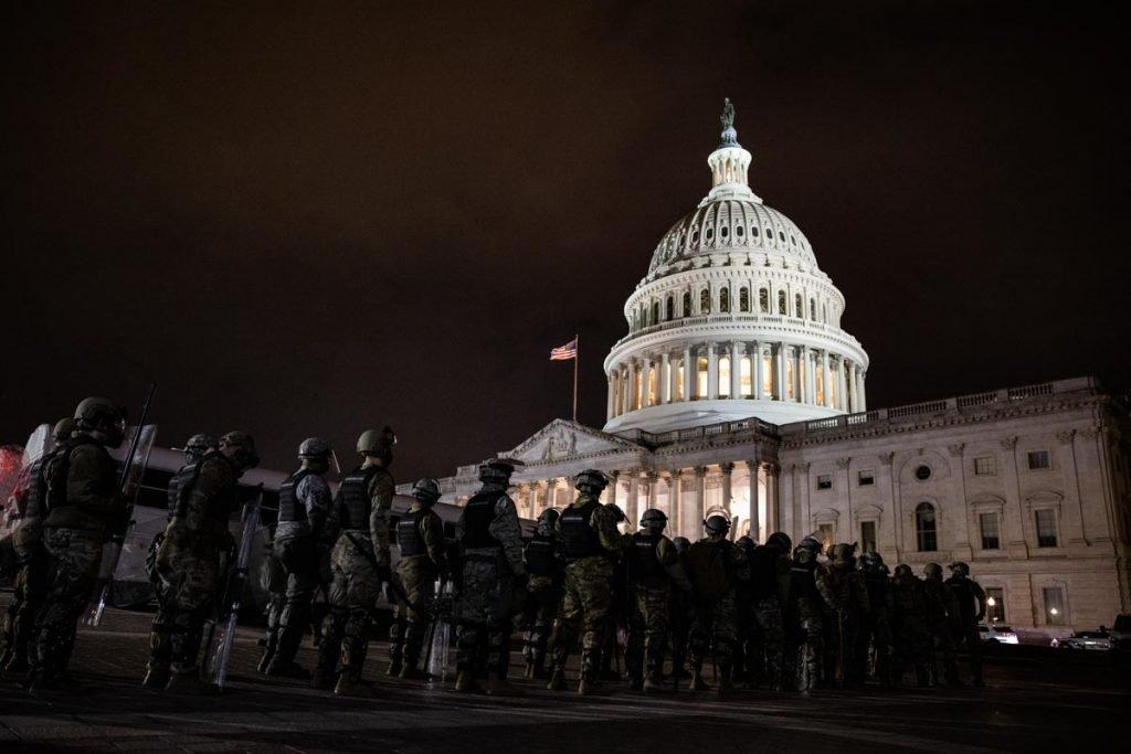 policia cerca o capitolio durante invasao congresso eleicoes eua trump biden