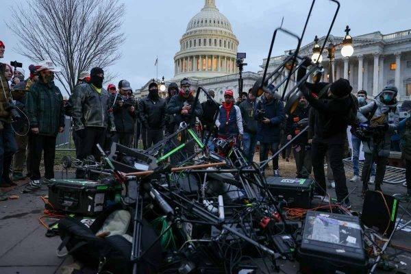 manifestantes destroem equipamentos da imprensa durante a cobertura invasao congresso eleicoes eua trump biden