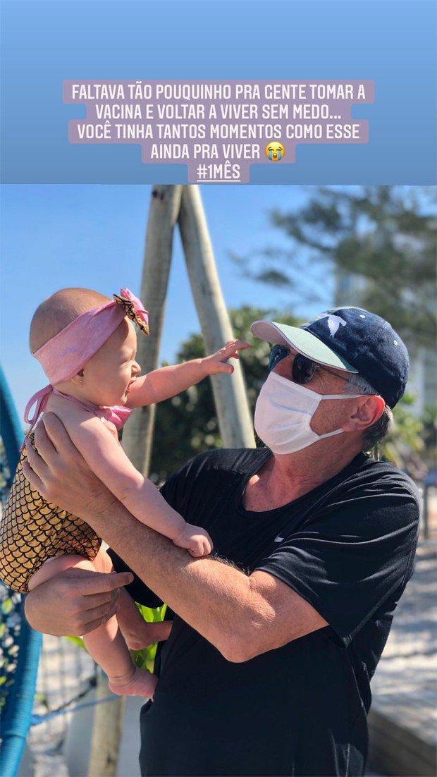 Eduardo Galvão brinca com a neta
