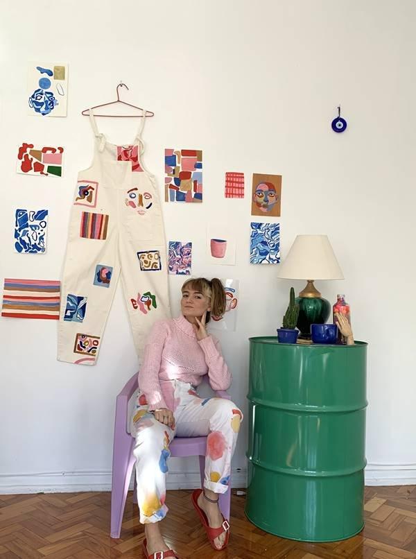 Isabela Bueno com macacão pendurado na parede