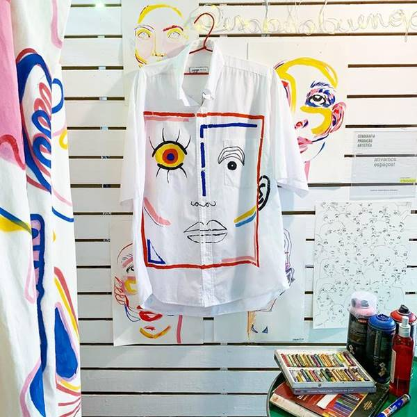 Camisa branca estampada pendurada