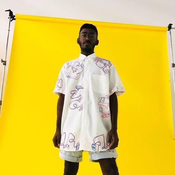 Modelo usando look branco com estampa