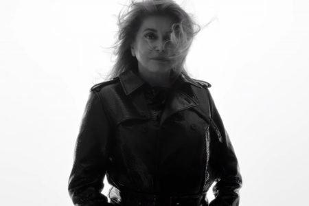 Catherine Deneuve em campanha da Saint Laurent em preto e branco