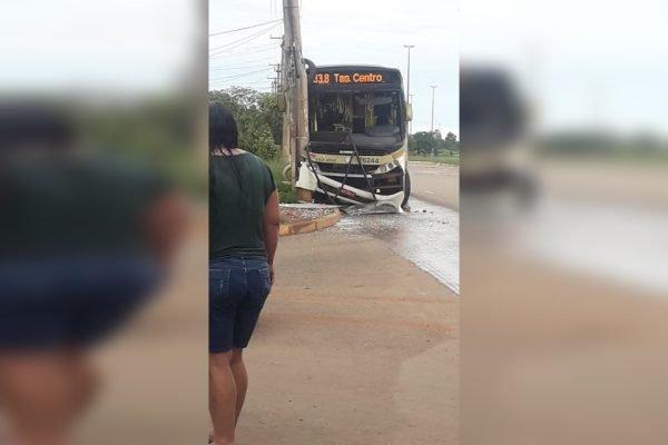 Ônibus bate em poste após derrapar em poça d'água