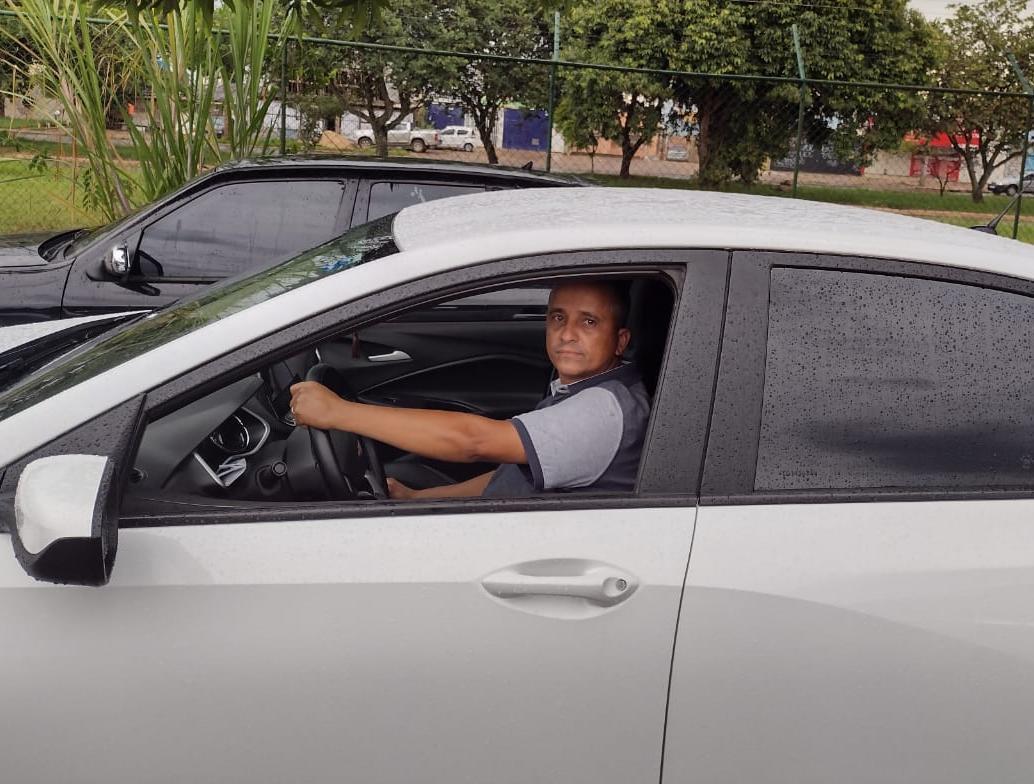 homem em carro