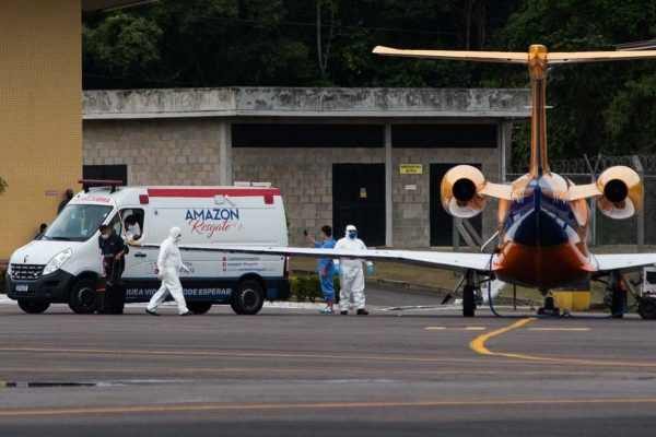 Passageiros são transportados de Manaus a outros estados após sistema de saúde da capital colapsar