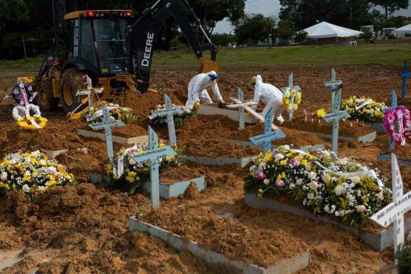 Cemitério Nossa Senhora Aparecida, em Manaus (AM). Capital registra recorde atrás de recorde em número de sepultamentos