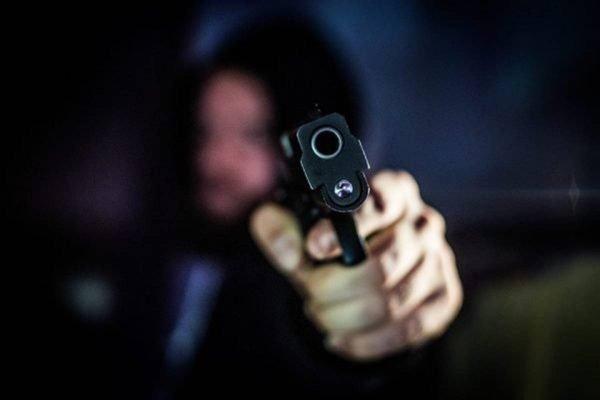 Homem aponta arma de fogo