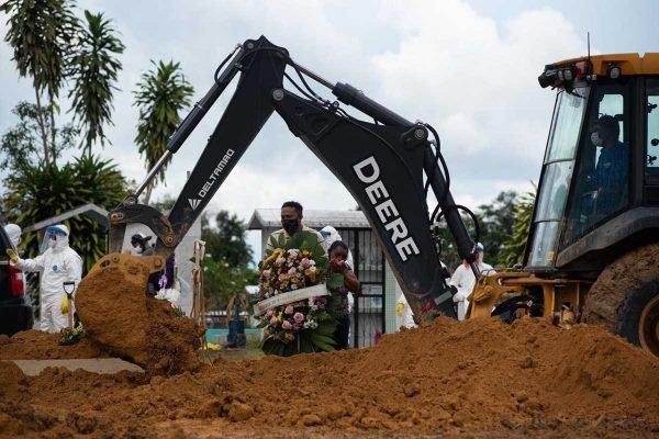 Em Manaus, retroescavadeiras viram coveiros e famílias têm 5 minutos para enterrar parentes
