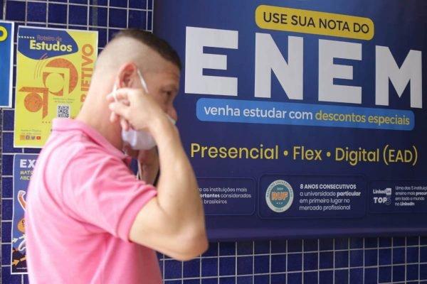 Candidatos chegam para a prova do Enem 2021, na Unip Marquês de São Vicente, na Barra Funda, zona oeste de São Paulo, neste domingo (17)