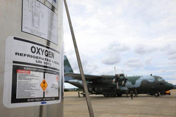 Avião decola de Brasília para Manaus com dez tanques de oxigênio