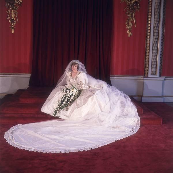 Princesa Diana usando vestido de casamento, sentada no chão