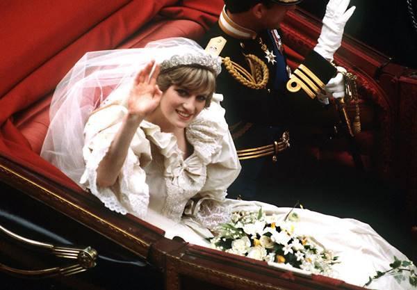 Princesa Diana usando vestido de casamento e acenando