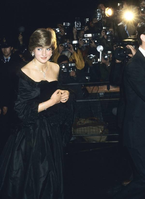 Princesa Diana em noivado oficial