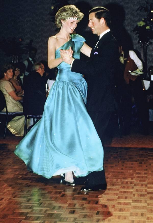 Princesa Diana e príncipe Charles dançando