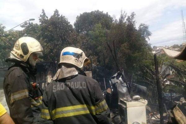 Incêndio destrói barracos em favela em São Paulo