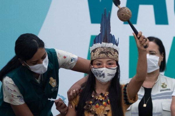 Enfermeira indígena, Vanda Ortega é a primeira pessoa a ser vacinada. no AM
