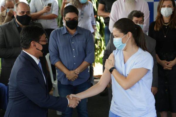 Osnei Okumoto e a enfermeira Lígia Dantas durante vacinação contra Covid019 no DF