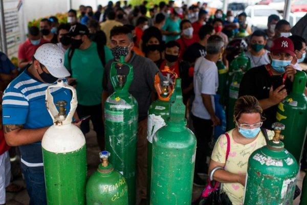 Em Manaus, familiares de pacientes com Covid-19 fazem filas enormes e esperam por mais de 12 horas para reabastecer oxigênio