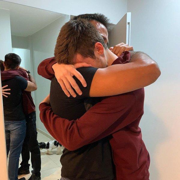 homens abraçados
