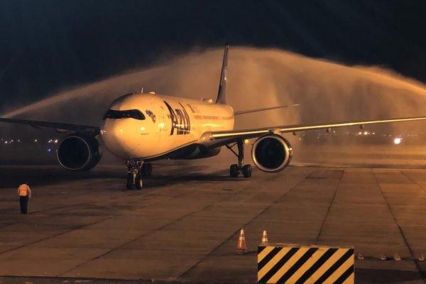 Avião com vacinas fabricadas na Índia chega ao aeroporto do Galeão