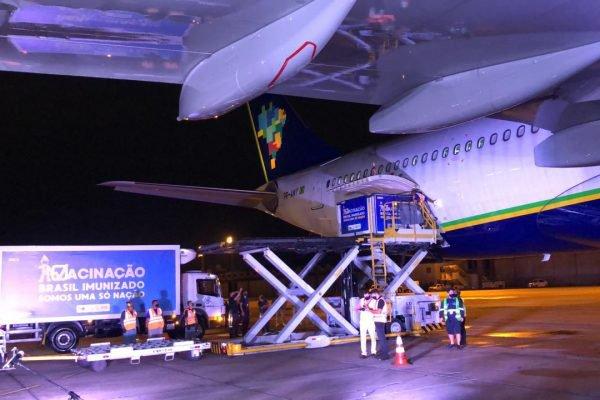 Avião com vacinas enviadas pela Índia aterrissa no Rio de Janeiro