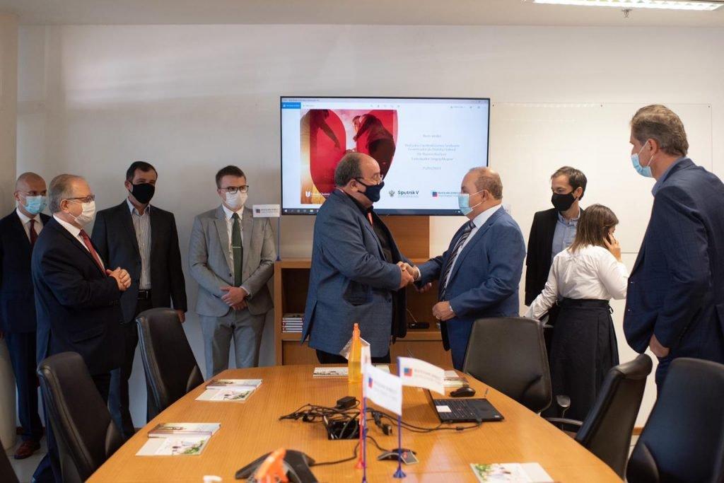Governador Ibaneis Rocha visita a fábrica da União Química