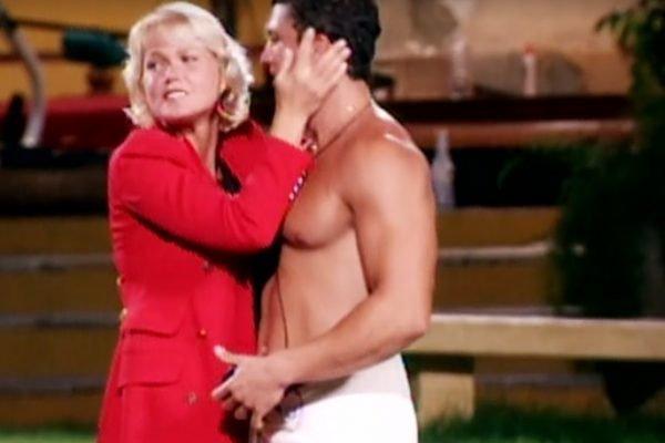 Xuxa é abraçada por participantes