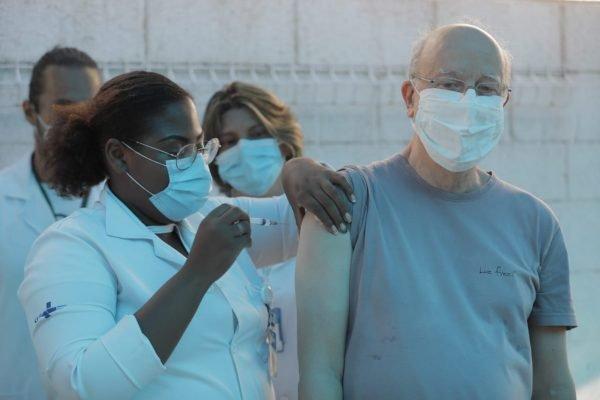 Rio de Janeiro dá inicio a nova fase de vacinação contra a Covid-19 nesta quarta feira 27/01 na Clínica da Família Estácio de Sá.
