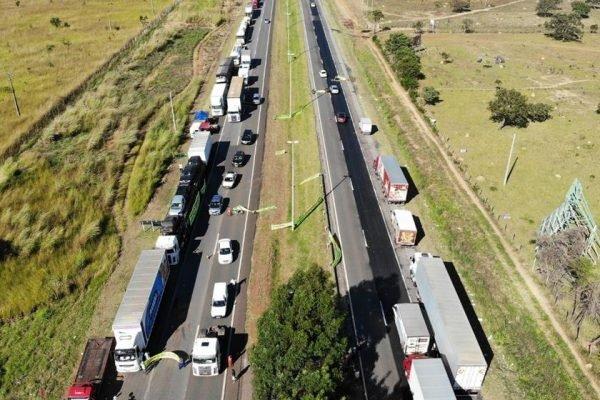 Divididos, caminhoneiros realizam paralisação nesta segunda-feira