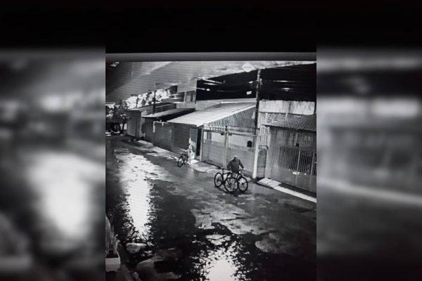 imagens de câmera de segurança de homens com biciletas