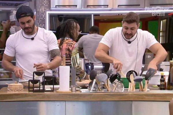 Caio e Rodolffo na cozinha do BBB21