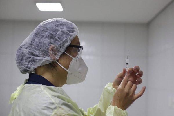 Socorristas e enfermeiras do Samu, tomam vacina contra a covid-19 em sao paulo 16