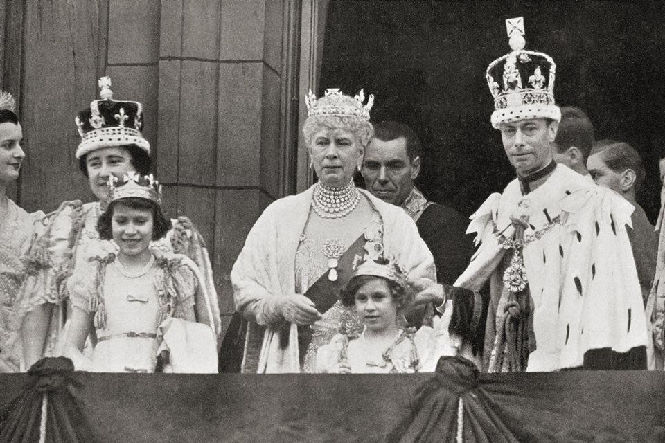 Coroação do rei George VI no Buckingham Palace em 1937. Elizabeth Bowes-Lyon, a rainha Mary, o rei George V I, com as princesas Elizabeth e Margaret