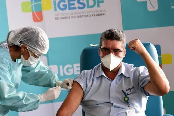 Profissional do Iges-DF é vacinado contra Covid-19