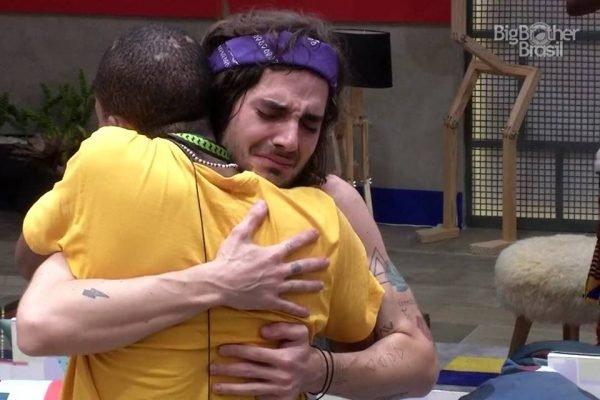 Fiuk abraçado com Lucas Penteado