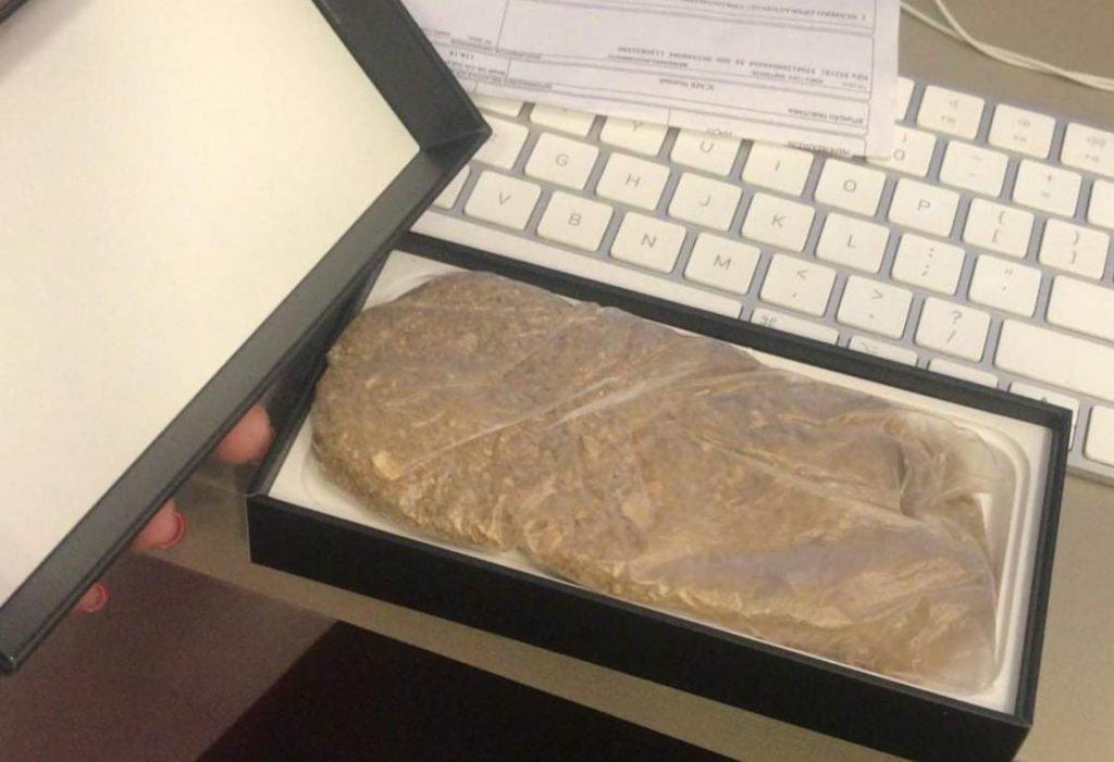 mulher compra iPhone e recebe saco de areia