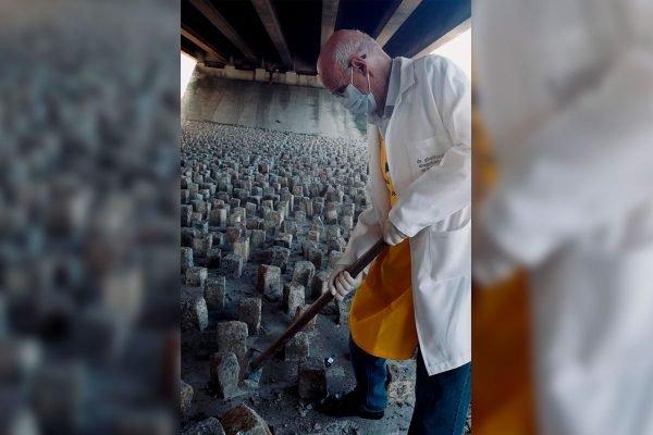 Padre Júlio Lancelotti quebra pedras a marretadas