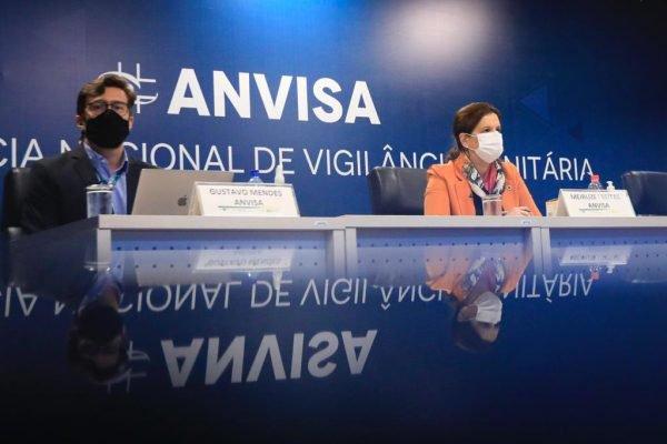 Coletiva de imprensa sobre alterações no Guia de Uso Emergencial de Vacinas contra a Covid-19 na ANVISA em Brasília. Diretora da segunda diretoria da ANVISA, Meiruze Freitas e Gustavo Mendes, gerente geral de medicamentos