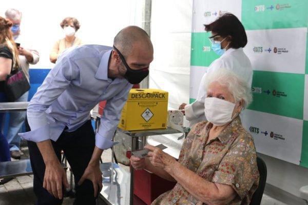 Covas acompanha vacinação de idosos acima de 90 anos