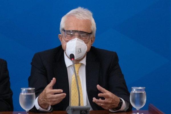 Presidente da Petrobras, Roberto Castelo Branco dá entrevista no Planalto, de máscara