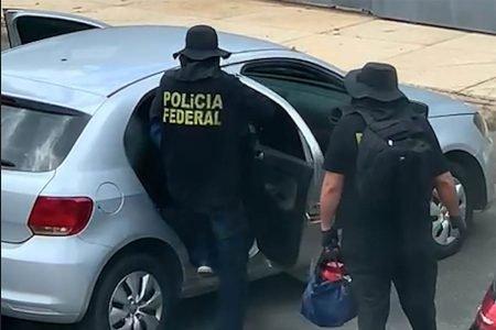 Bandidos usando colete da PF