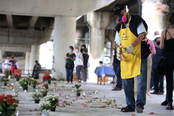 Padre Julio organiza protesto contra instalação de pedras em viadutos na zona leste de São Paulo