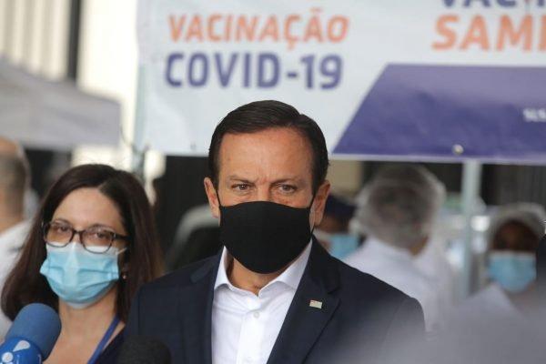 O governador João Doria (PSDB), participa do início da vacinação drive-thru na praça Charles Miller, zona oeste de São Paulo, nesta segunda-feira (8/2).