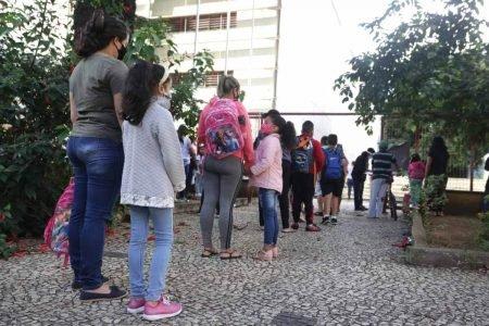 Estudantes chegam na escola E.E Prudente de Morais no Bom Retiro, zona norte de São Paulo, nesta manhã de segunda-feira (08). Hoje da o início as aulas presencias na rede estadual de ensino.